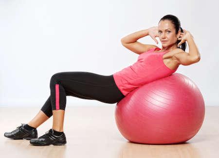 ejercicio aer�bico: Mujer hermosa atleta con una pelota de fitness. Foto de archivo