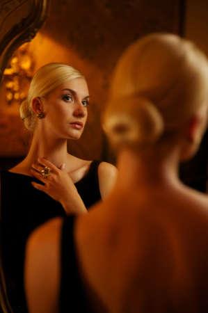 donna ricca: Bella donna riflessa nello specchio d'epoca Archivio Fotografico
