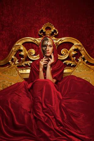 mascaras teatro: Hermosa mujer con una m�scara de carnaval sentado en la cama