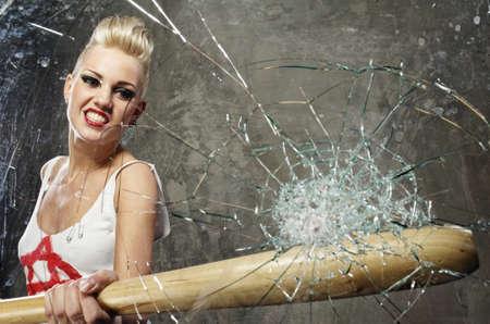 chauve souris: Punk Girl bris de verre avec une batte Banque d'images
