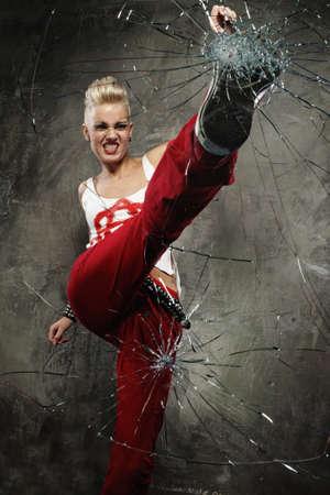 pierna rota: Chica punk romper el vidrio con su bota