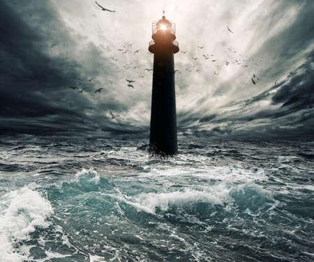 temp�te: Stormy ciel au-dessus du phare inond�e