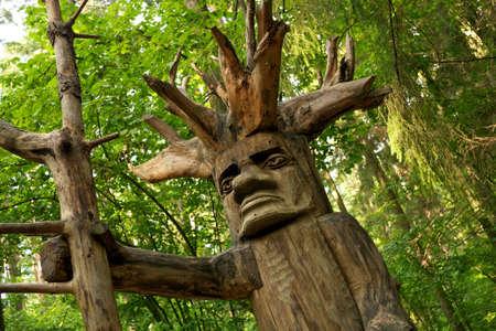 tallado en madera: Ídolo pagano de madera en un bosque. Foto de archivo