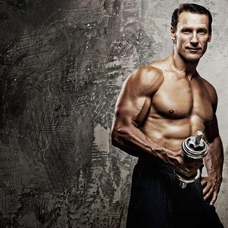 levantamiento de pesas: Hombre atl�tico y de la mujer con pesas.