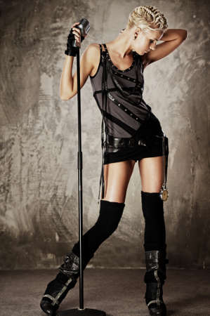 punk: Steampunk fille attrayante avec microphone