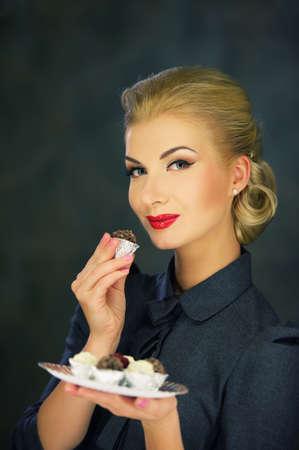 vintage look: Retro donna con i dolci.