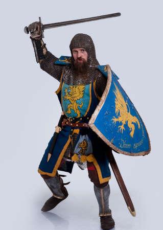 caballero medieval: Caballero medieval en posición de ataque. Foto de archivo