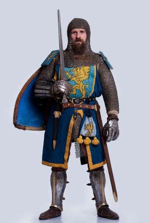 rycerz: Åšredniowieczny rycerz samodzielnie na szarym tle.