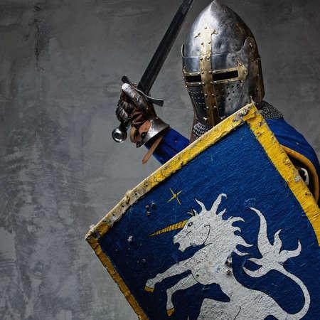 espadas medievales: Caballero medieval en posición de ataque. Foto de archivo