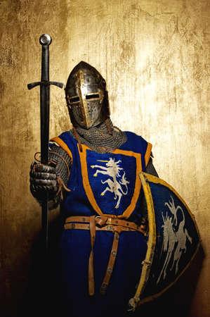 rycerz: Åšredniowieczny rycerz na zÅ'otym tle. Zdjęcie Seryjne