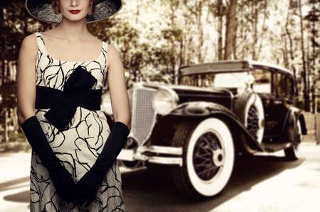 femme noir sexy: Femme au chapeau contre la voiture r�tro.