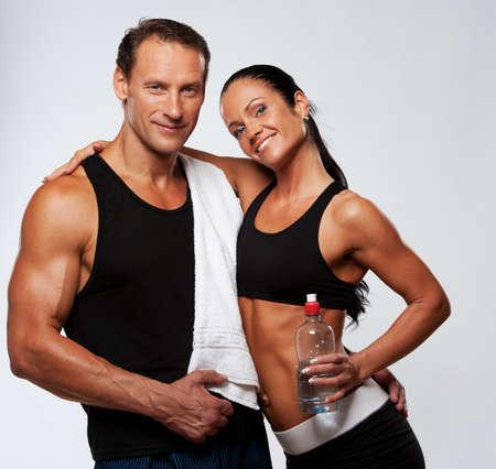 sudando: Hombre atl�tico y de la mujer despu�s de hacer ejercicio f�sico Foto de archivo