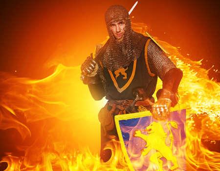 ナイト: 火の背景上の中世の騎士。