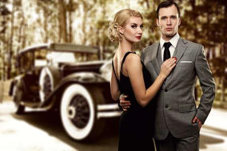 rijke vrouw: Retro paar tegen de oude auto.