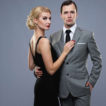 donna ricca: Retro coppia su sfondo grigio.