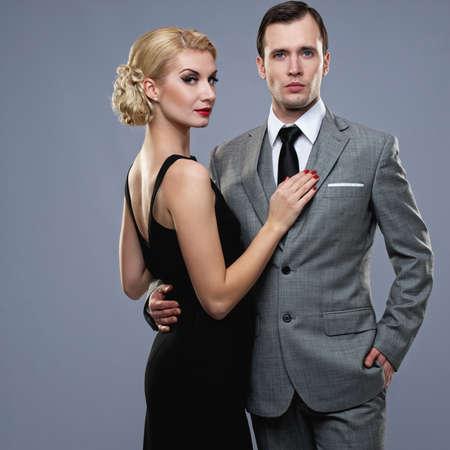 rijke vrouw: Retro paar op grijze achtergrond.