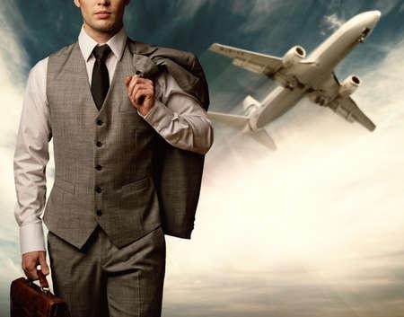 traje: Hombre de negocios viaja concepto.