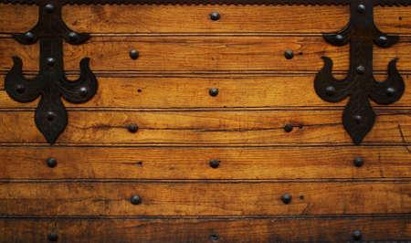 door bolt: Bisagras de metal sobre fondo de madera. Foto de archivo