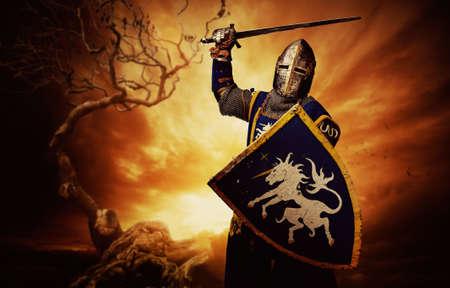ナイト: 嵐の空の上の中世の騎士。