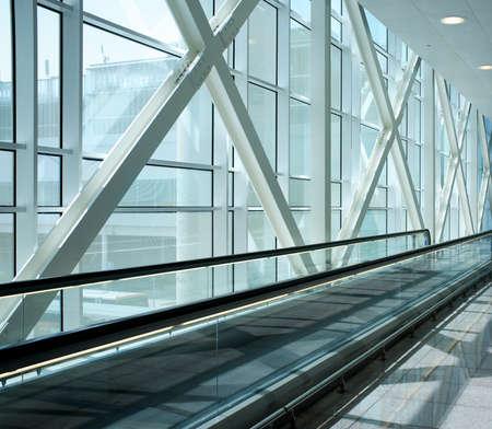 centro comercial: Escalera mec�nica en edificio moderno.