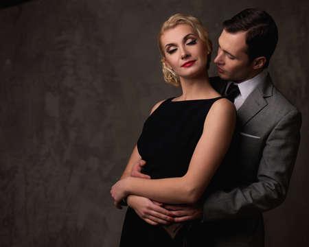 mujer con corbata: Retro pareja sobre fondo gris.