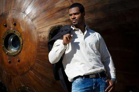 modelos hombres: Handsome afro-americano al aire libre