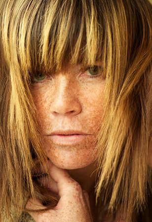 Attractive femme avec des taches de rousseur.