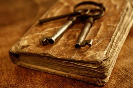 libros antiguos: Llaves antiguas de metal sobre el libro de la vendimia Foto de archivo