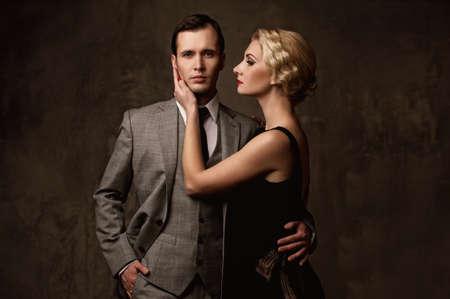 金持ち: 灰色の背景上のレトロなカップル。