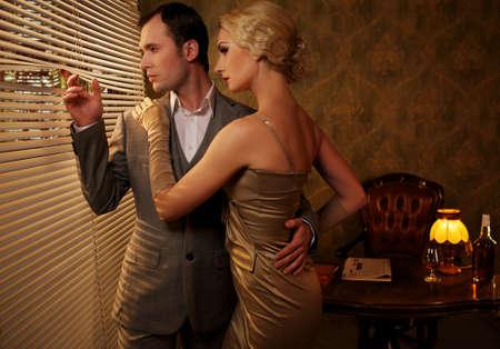 donna ricca: Retro coppia vicino ad una finestra