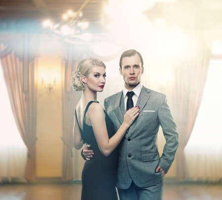 rijke vrouw: Retro paar in luxe interieur Stockfoto