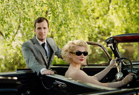 antique woman: Retro pareja y convertible