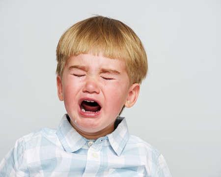 bambino che piange: Pianto bambino in camicia a scacchi Archivio Fotografico
