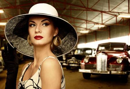 mujer elegante: Mujer con sombrero en el garaje de retro