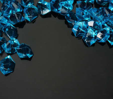 piedras preciosas: Muchas gemas azules en negro Foto de archivo
