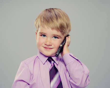 person calling: Beb� con una camisa p�rpura con un tel�fono celular