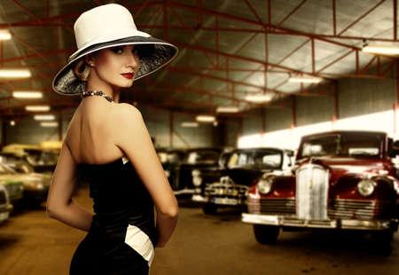 classic: Mujer con sombrero en el garaje de retro