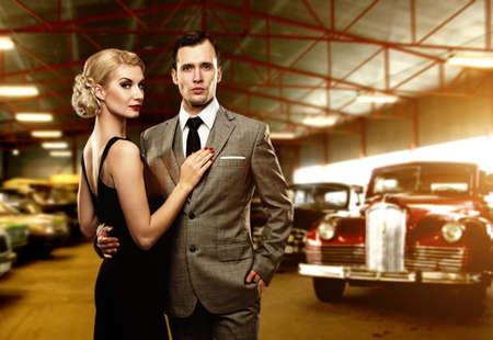金持ち: レトロなガレージでのカップル 写真素材