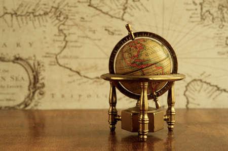 Atlas: Globe gegen Karte auf einer Mauer Lizenzfreie Bilder