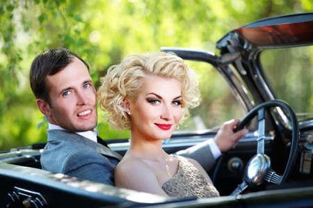 Retro couple en cabriolet