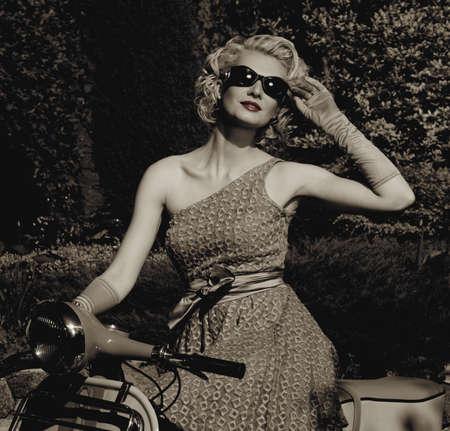 vespa: Mujer en vestido retro con un scooter