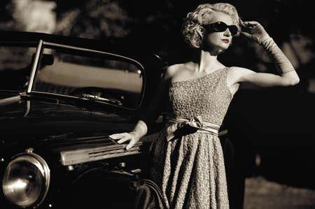 Vrouw in de buurt een retro auto buiten