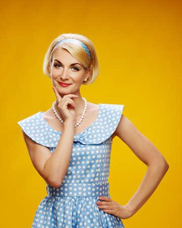 Belle femme souriante en robe bleue Banque d'images