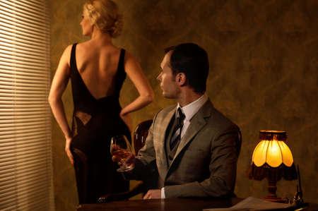 donne eleganti: L'uomo in tuta con la donna dietro di lui