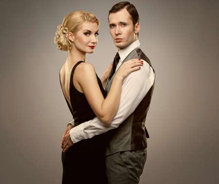 donna ricca: Retro coppia su sfondo grigio