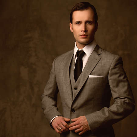 hombres jovenes: Apuesto joven en traje clásico Foto de archivo