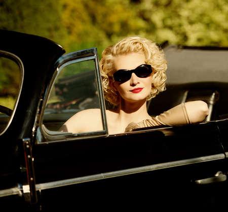 cabrio: Vrouw in retro auto Stockfoto