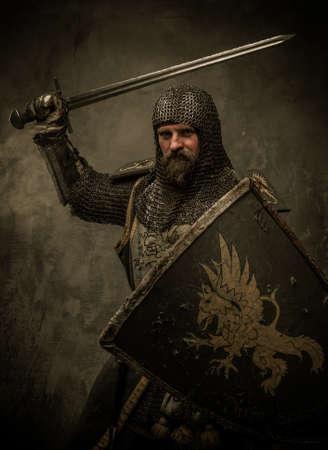 cavaliere medievale: Cavaliere medievale in posizione di attacco
