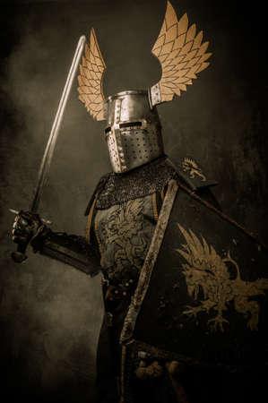 guerrero: Knigh medieval con una espada