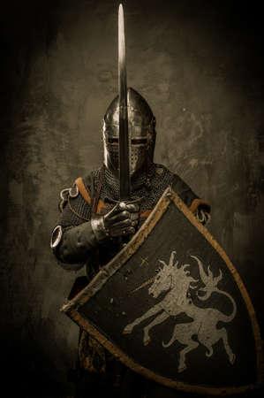 cavaliere medievale: Cavaliere medievale su sfondo grigio